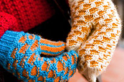 Sallassa neulottiin yli 400 lapasparia lämmittämään turistien käsiä – lapasista saatavat rahat annetaan lapsille ja nuorille