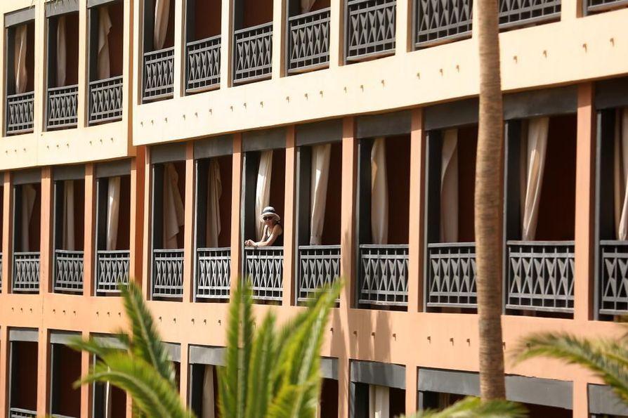 Turisti vietti aikaa keskiviikkona Teneriffalla hotellin parvekkeella. Hotelli on laitettu karanteeniin, koska neljällä siellä olleella italialaisella todettiin koronavirustartunta.