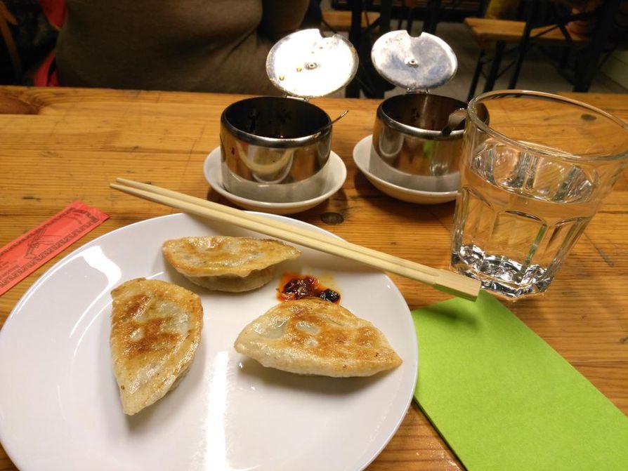 Kauppahallin Pikku Pandassa saa perinteisiä kiinalaisia dumplings-nyyttejä eri kokoisina annoksina. Ne käyvät myös alkupalasta.