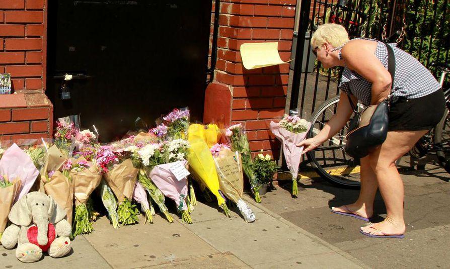 Ihmiset ovat käyneet jättämässä kukkia paikalle, jossa mies ajoi sunnuntain ja maanantain välisenä yönä moskeijasta palanneiden ihmisten päälle.