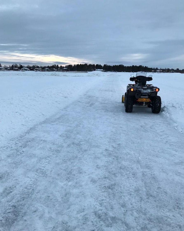 Luistelureitin jää on vielä toistaiseksi rosoinen.