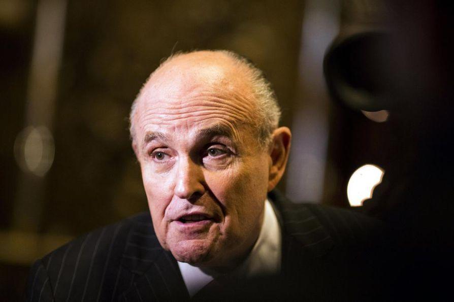 Yhdysvaltain presidentin Donald Trumpin asianajaja Rudolph Giuliani (kuvassa) on antanut ymmärtää, ettei istuvaa presidenttiä vastaan tulla nostamaan rikossyytteitä Venäjä-tutkinnassa. Erikoissyyttäjä Robert Mueller tai hänen tutkintaryhmänsä eivät ole kommentoineet väitettä.
