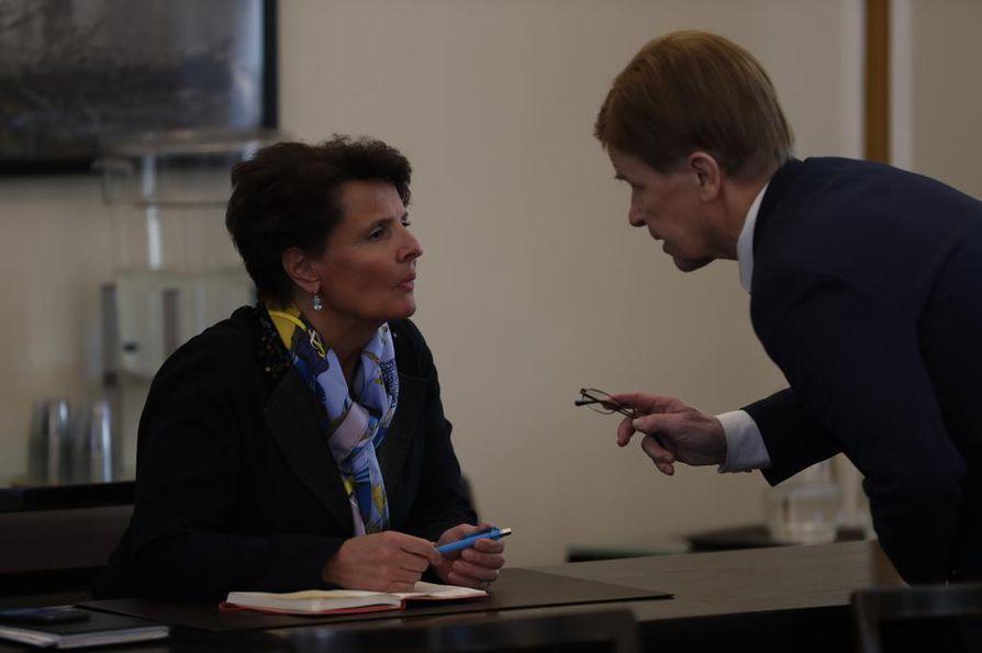 Varapuhemies Mauri Pekkarinen (kesk.) keskusteli liikenne- ja viestintäministeri Anne Bernerin (kesk.) kanssa ennen keskustan eduskuntaryhmän kokouksen alkua.