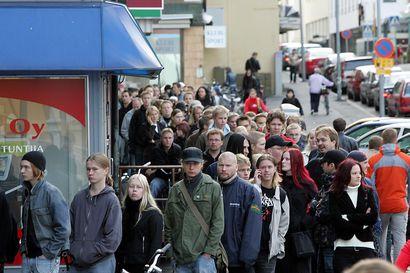 Vanhat kuvat: Ihmistungoksessa Oulussa ennen koronaa –  kauppojen avajaiset, jonotukset ja suurmessut keräsivät ryysiksen