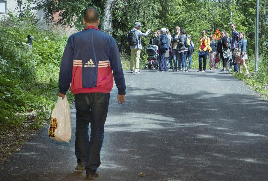 """Hima & Strada -kollektiivi on järjestää opastuksia viidessä kaupunginosassa Helsingissä. """"Maunulan menneisyyden varjot"""" on yksi kierroksista."""