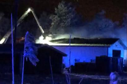160-neliöinen halli syttyi tuleen Oulunsalossa – henkilövahingoilta vältyttiin