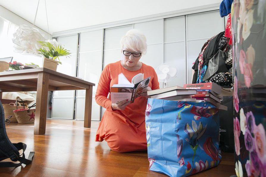 Taija Tuomisella on työhuoneessaan pinoittain kirjoittamisen opaskirjoja sekä uutta ja vanhaa kaunokirjallisuutta. Ne ovat oheismateriaalia kirjoittajakursseille.