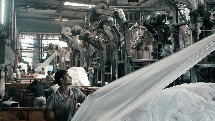 Palkittu elokuva työstä, koneista ja työläisistä Intian Gujaratissa sijaitsevassa suuressa tekstiilitehtaassa, jossa olosuhteet ja työntekijän asema ovat samat kuin sata vuotta sitten.