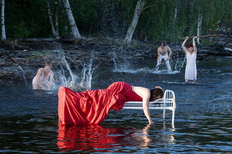 Tanssitaiteilija Pirjo Yli-Maunula (punaisessa mekossa) on ohjannut paikkasidonnaiset teokset Varjakka (2014), Torni (2016) ja The Secret Garden (2018). Tulossa on Hylky elokuussa Hiukkavaaran entiselle kasarmialueelle.