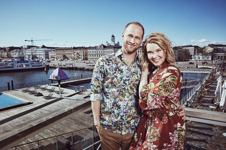 Lorenz Backman ja Tuija Pehkonen juontavat Helsingin Allas Sea Poolin kattoterasilla viiden viikon ajan tulevaa Kesäterassia.
