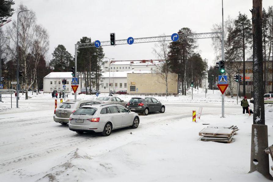 Peltolantien oikeanpuoleiselta kääntymiskaistalta oikealle päin käännyttäessä pitäisi pysytellä Kajaanintien oikeanpuoleisella kaistalla.