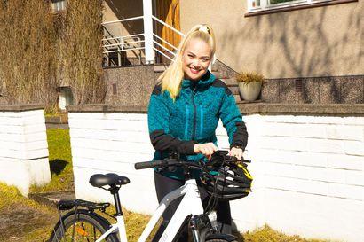 """Lääkäri Pippa Laukka aloitti sähköpyöräilyn – Kumoaa yleisen ennakkoluulon: """"Moni ajattelee, ettei tämä ole liikuntaa"""""""