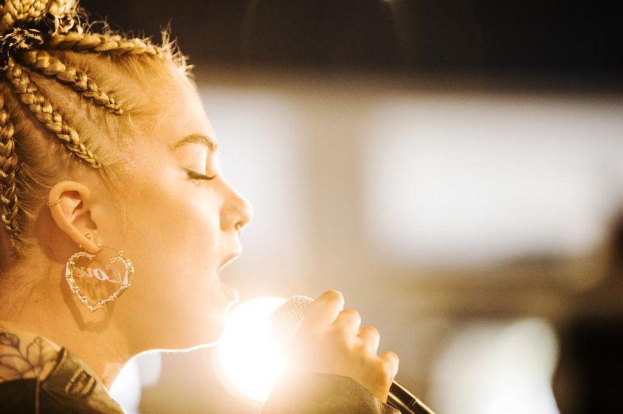 Artistinimellä Evelina esiintyvä laulaja Eveliina Tammenlaakso ylsi viime vuonna lähes 100000 euron tuloihin.