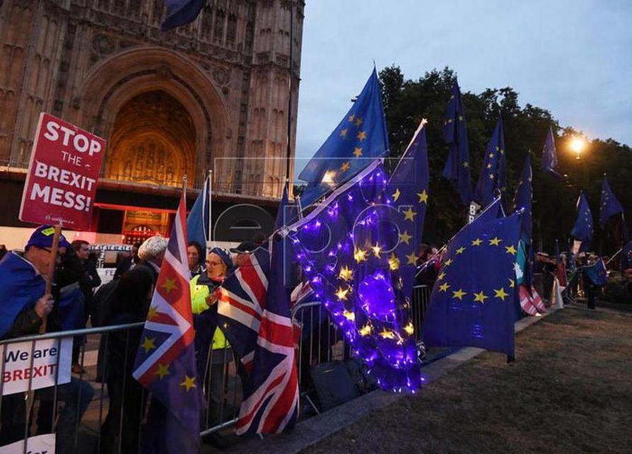 Brexitiä vastustavat mielenosoittajat kokoontuivat maanantaina sankoin joukoin Britannian parlamentin eteen Lontoossa.