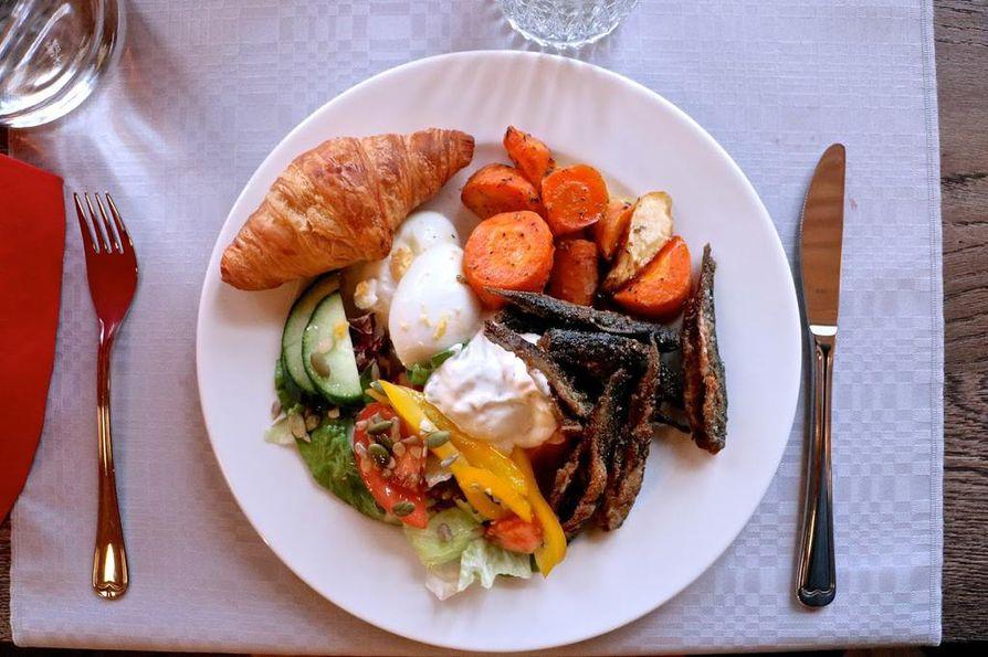 Kalen! lounaslautaselle valikoitui päivän tarjonnasta sopivan rapsakoita muikkuja uunikasvisten ja salaatin kera.