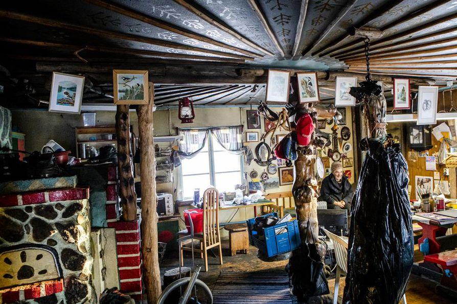 93-vuotias Veikko Rajala  on maalannut tauluja ja veistänyt puuta yli 70 vuotta.