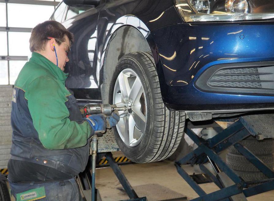 Euromasterin Jarmo Leppäkorven ja muiden renkaanvaihtajien sesonki käy kuumimmillaan lähiviikkojen aikana. Vaihtoaikaa voi venyttää toukokuullekin, mikäli ajo-olot ja säätilat sitä vaativat.