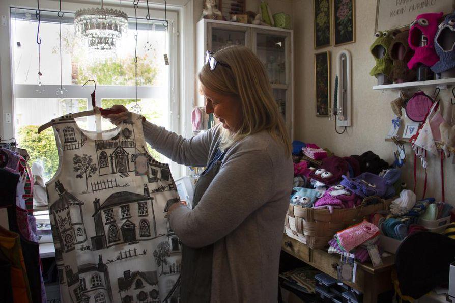 Anne Bärnlund pitää ompelimoa ja pientä myymälää kotinsa yhteydessä pääkadulla.