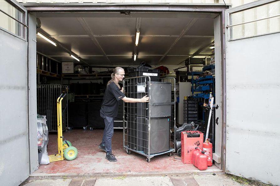 Eero Vuolukka kasaa Qstockiin lähteiviä äänentoistolaitteita, joita kertyy valaistusvälineistön kanssa kaksi kuorma-autollista.
