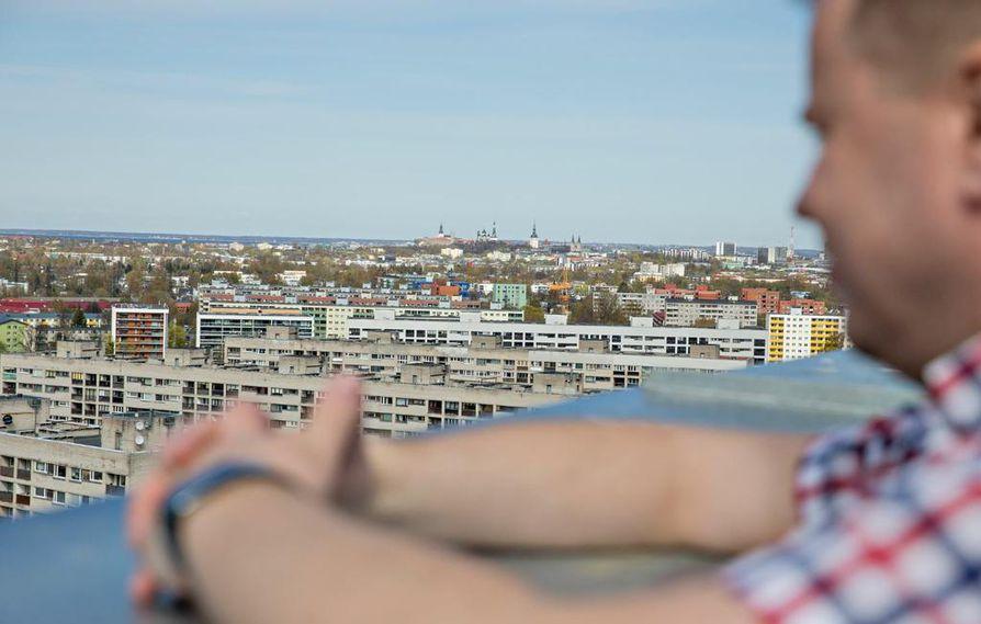 """Kattoterassilta näkyy koko Tallinna. Johannes Väänänen muutti Viroon nelisen vuotta sitten, omien sanojensa mukaan viime hetkellä. """"Sanotaan, että kolmekymmentäviisi vuotta on raja, jonka jälkeen ei enää kannata haaveilla ulkomaille muuttamisesta."""""""