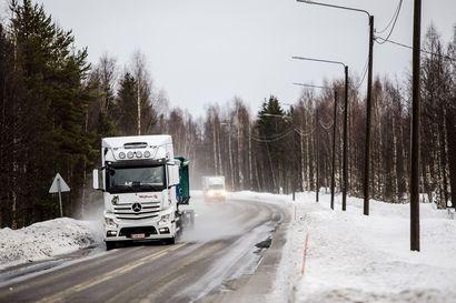Miksi Kittiläntien talvikunto vaihtuu kuntarajaa ylitettäessä? Urakoitsijat ja ely sanovat, että sade tulee rajan pohjoispuolella lumena ja eteläpuolella vetenä