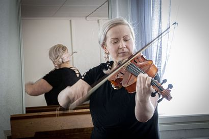 Niina Mäkiharju halusi perustaa Siikajoelle folk-bändin – yllättäen löytyi hyvä lauluporukka, mutta soittobändiä ei tullut