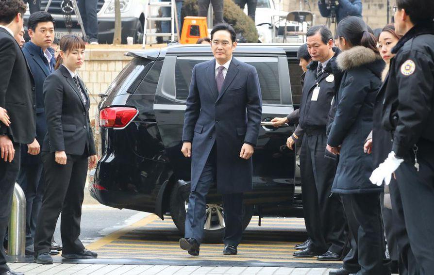 Samsungin perustajan pojanpoika ja yhtiön varapuheenjohtaja ja Lee Jae-yong vapautui vankilasta viime vuonna. Lee tuomittiin osana laajaa korruptioskandaalia, jossa osallisena oli myös Etelä-Korean entinen presidentti Park Geun-hye. Leen syytettiin maksaneen lahjuksia Parkin ystävälle.