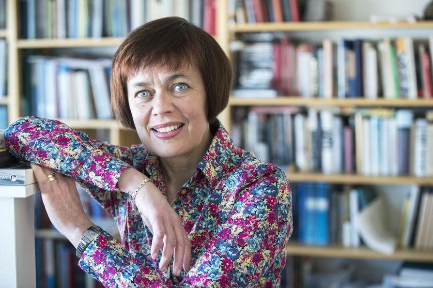Historian dosentti Marianne Junila on huolissaan historian ja yhteiskuntaopin opetuksesta kouluissa.