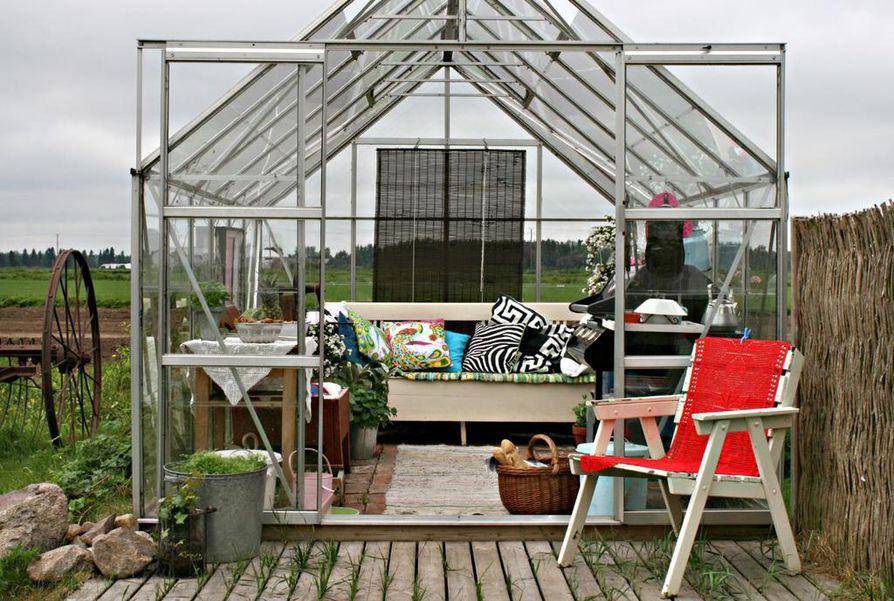 Nikulan kasvihuone ei ole työleiri vaan oleskelutila. Vanhat huonekalut saavat palvella kasvihuoneen kalusteina.