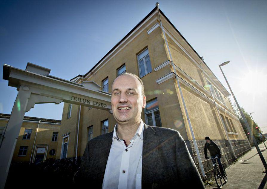 Oulun Lyseo lukion rehtori Mika Aalto kertoo kiinalaisopiskelijoiden saapumisen osaksi koulun arkea olevan iso muutos myös suomalaislle lukiolaisille.