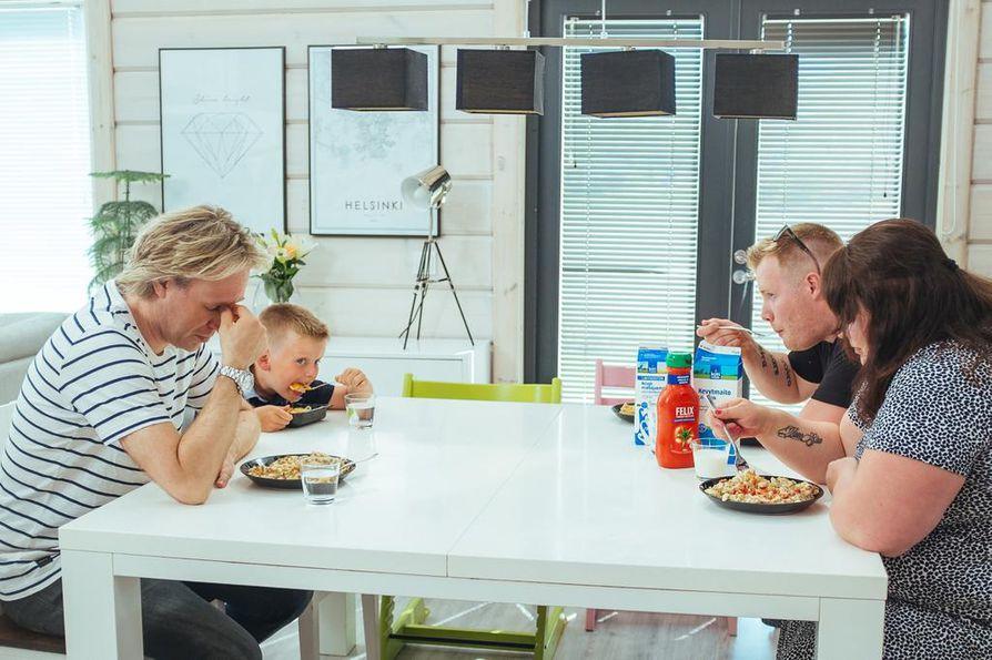 Kari Aihinen ei innostu harmaista einesmössöistä, vaan aidoista raaka-aineista. Ilolla ja yhdessä on Aihisen motto keittiössä.