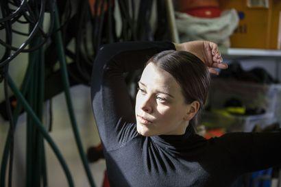 Ella Posti opiskelee nykytanssia Iso-Britanniassa. Koronan vuoksi hän etäopiskelee nyt vanhempiensa autotallissa Maksniemessä