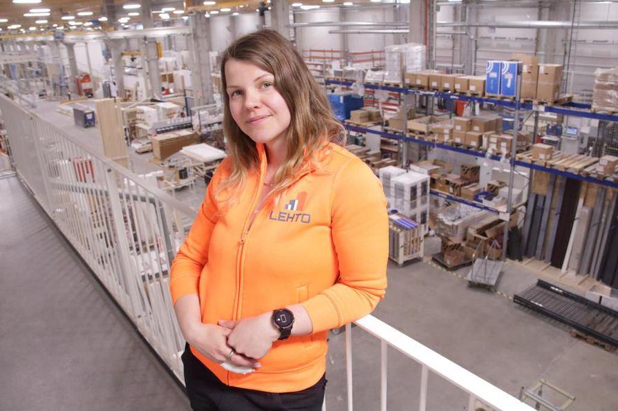 Lehto Components Oy:n tehtaalla Oulaisissa pääluottamusmiehenä toimiva Wuokko Kärki jalkautuu ahkerasti työntekijöiden pariin.