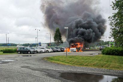 Matkailuauto syttyi palamaan Tervolassa – Palo levisi myös viereisiin autoliikkeen autoihin, kun kuljettaja ajoi palavan auton liikkeen pihaan
