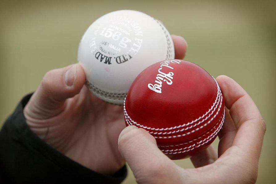 Krikettipalloja. Naisten krikettikouluun on hankittu vaaleanpunaisia krikettipalloja.