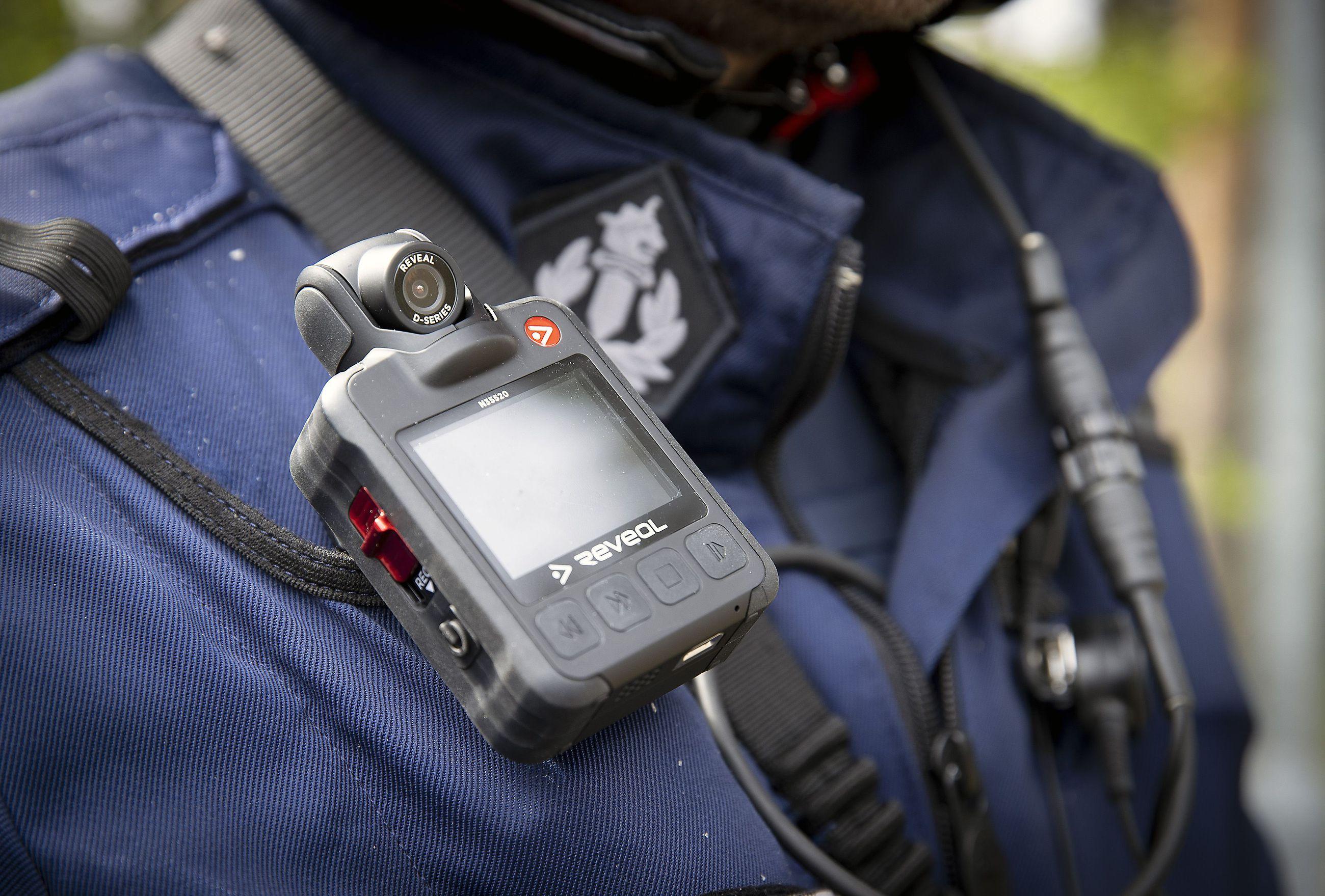 Poliisi otti haalarikamerat käyttöön koko maassa viime keväänä.