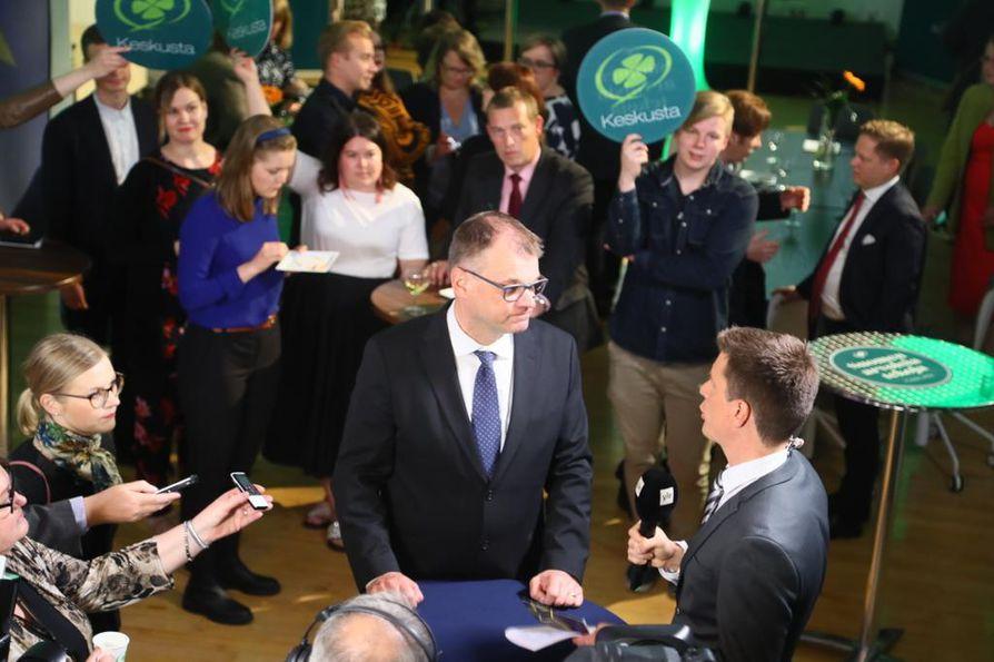 Keskustan puheenjohtaja Juha Sipilä esiintyi rennonoloisena puolueen vaalivalvojaisissa Apollonkadulla Helsingissä.  Yhden parlamentaarikon pudotus oli odotettu.