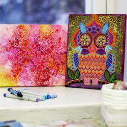 Päivi Vesala innostui värittämisestä jo pikkutyttönä – nyt hänen Pikisaareen työhuoneessaan syntyy värittämisen iloa kaikelle kansalle