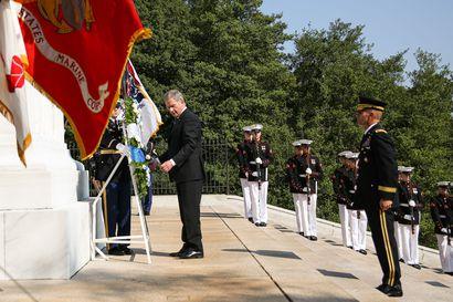 Toimittajamme Washingtonissa: Niinistö laski seppeleen tuntemattoman sotilaan haudalle - kaksi suomalaista lepää samalla hautausmaalla Kennedyn kanssa
