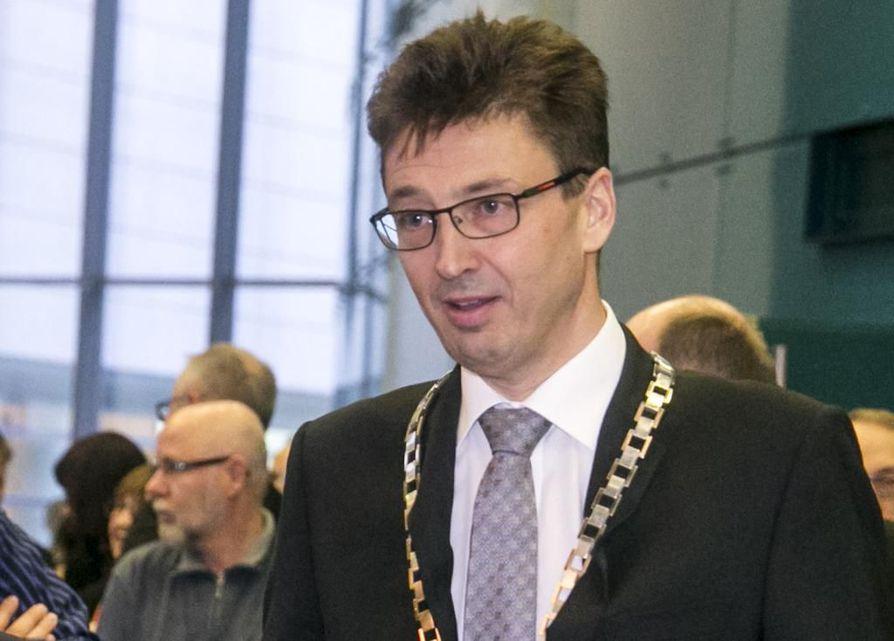Hakijoiden joukossa on myös Oulun yliopiston nykyinen rehtori Jouko Niinimäki.