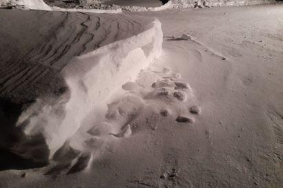 Aamu alkaa lumitöillä – tuiskuttava lumi on pakkautunut ovien eteen ja kulkuväylille
