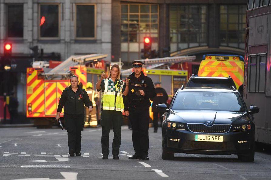 Poliisi ampui tiettävästi teosta epäillyn, joka kuoli tapahtumapaikalle. Epäilty ehti puukottaa useita ihmisiä.