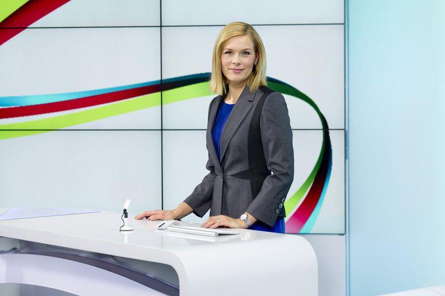 Illan 20.30 alkavat uutiset keskeyttävät edelleen muun tekemisen, sanoo kolumnissaan Pirjo-Liisa Niinimäki. Yksi Ylen uutisankkureista on Piia Pasanen.