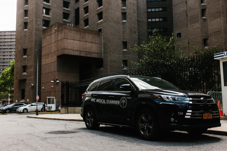 Varakas liikemies Jeffrey Epstein löytyi lauantaina kuolleena sellistään Manhattan Correctional Centerissä New Yorkissa.