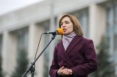 Moldovan ensimmäiseksi naispresidentiksi valittu haluaa kitkeä korruptiota ja lähestyä EU:ta, mutta Venäjä-myönteinen parlamentti vei valtaoikeuksia jo ennen virkaanastujaisia