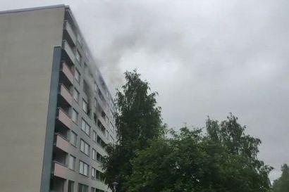 Kerrostaloasunto paloi pahoin Puolivälinkankaalla Oulussa – asunnon asukkaat lomalla, palo ei levinnyt toisiin asuntoihin