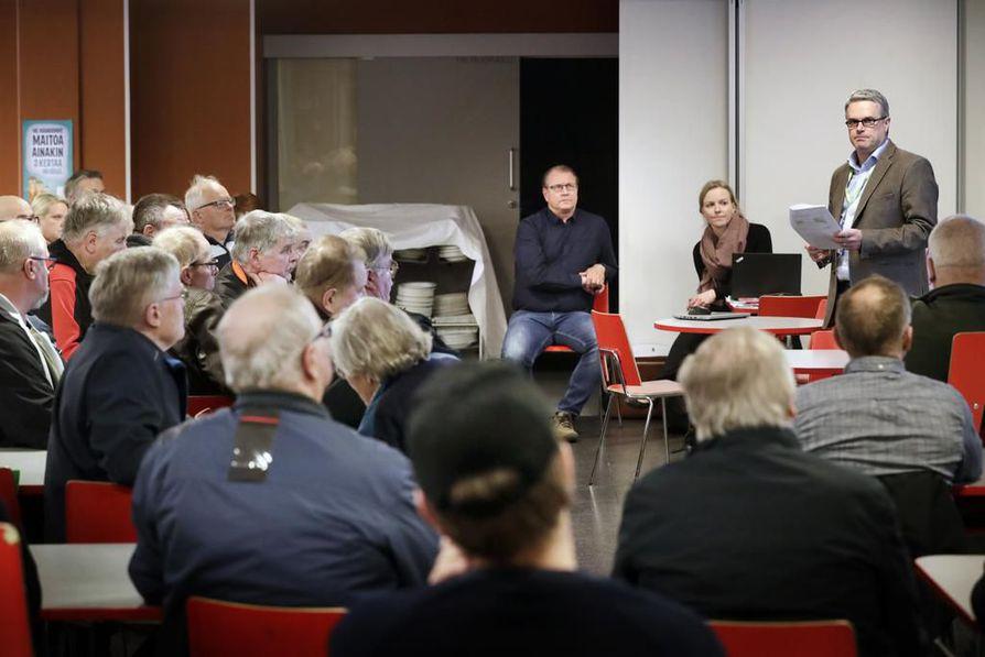 Kiiminkijoen koululle tuli tiistai-iltana runsaasti Kuusamontien parannushankkeesta kiinnostunutta väkeä. Suunnitelmat saivat kritiikkiä mutta myös kiitosta siitä, että kiperälle ongelmalle yritetään tehdä jotakin.