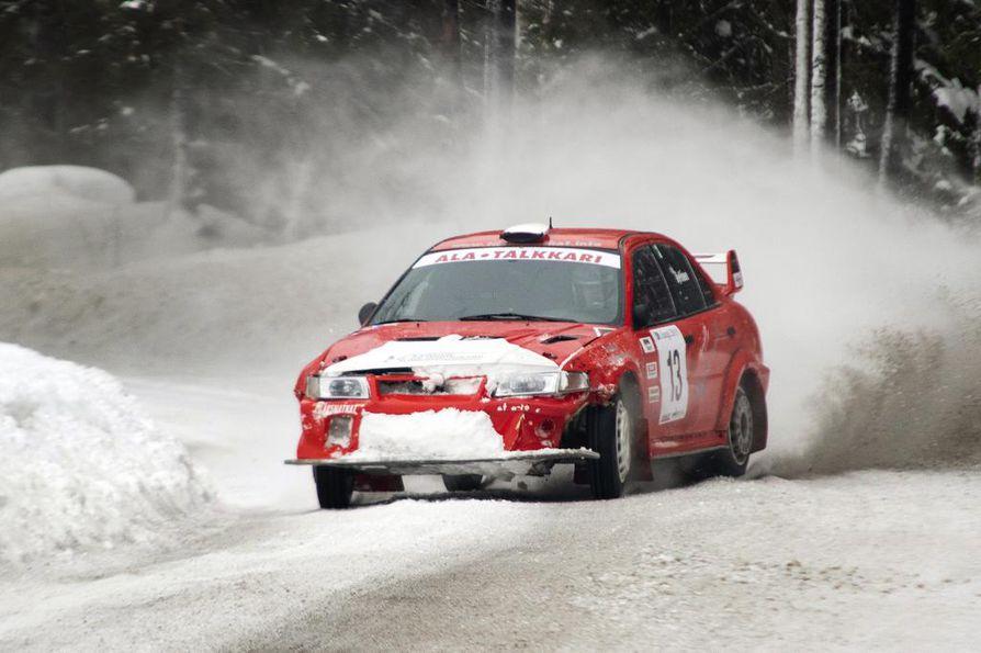 Kai Hyttinen tyylitteli Sangi-rallisprintissä voittoon, vaikka toisella kierroksella auton keula haukkasi hankea.