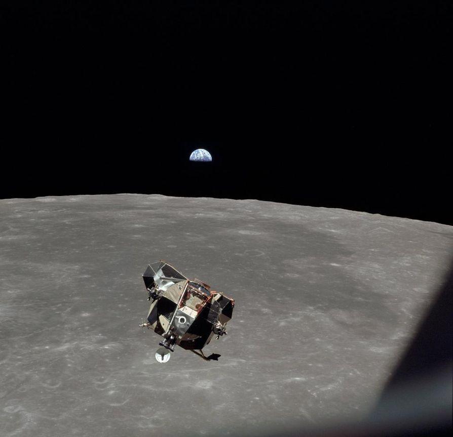 Kuulennon kolmas jäsen Michael Collins pysyi Kuun kiertoradan komentomoduulissa, jossa hän otti kuvan Maapallosta ja paluumatkalle nousevasta kuumoduulista samalla kertaa.