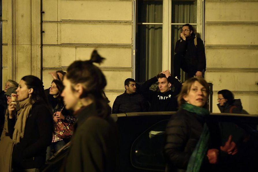 Paikalle kerääntyi järkyttyneitä ranskalaisia seuraamaan paloa.